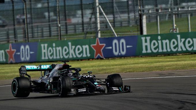 F1 GP Gran Bretagna 2020, Silverstone: Lewis Hamilton (Mercedes) con l'anteriore sinistra a terra