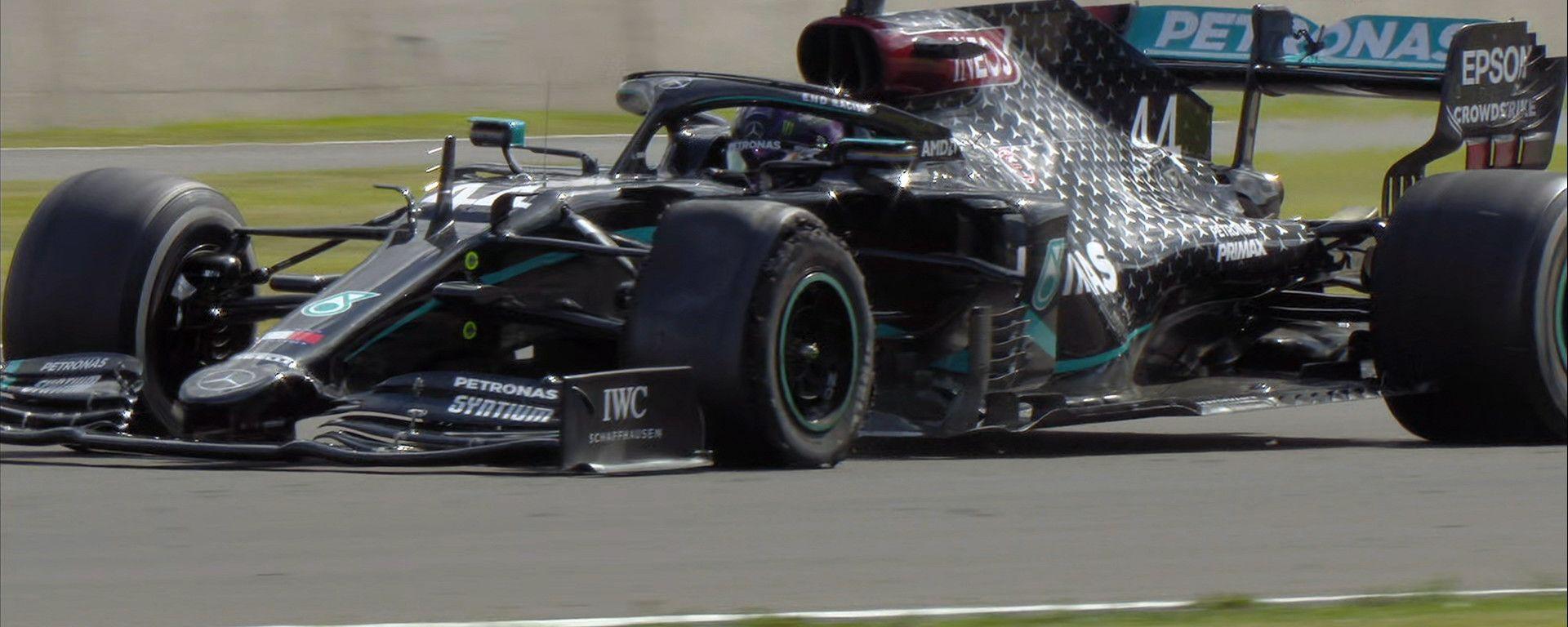 F1 GP Gran Bretagna 2020, Silverstone: Lewis Hamilton (Mercedes) taglia il traguardo con la gomma bucata