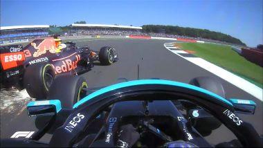 F1, GP Gran Bretagna 2021: il contatto tra Max Verstappen (Red Bull) e Lewis Hamilton (Mercedes)