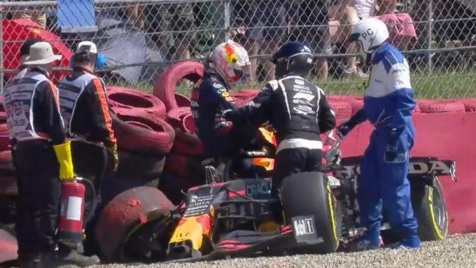 F1, GP Gran Bretagna 2021: Max Verstappen (Red Bull) aiutato a uscire dai rottami dopo l'incidente