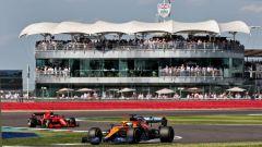 F1 GP Gran Bretagna 2021, Silverstone: Daniel Ricciardo (McLaren) davanti a Carlos Sainz (Ferrari)