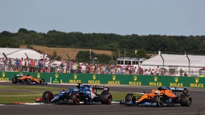 F1 GP Gran Bretagna 2021, Silverstone: Fernando Alonso (Alpine) in lotta con Lando Norris (McLaren)