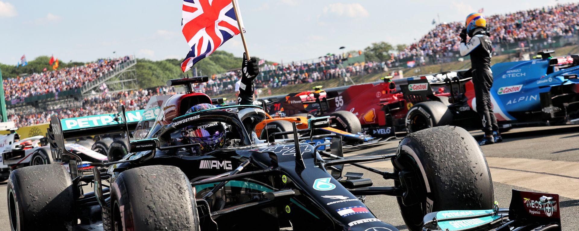 F1 GP Gran Bretagna 2021, Silverstone: Lewis Hamilton (Mercedes AMG F1) festeggia la vittoria