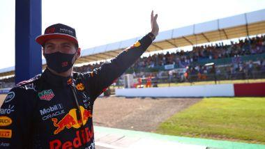 F1 GP Gran Bretagna 2021, Silverstone: Max Verstappen (Red Bull) saluta il pubblico dopo la F1 Sprint