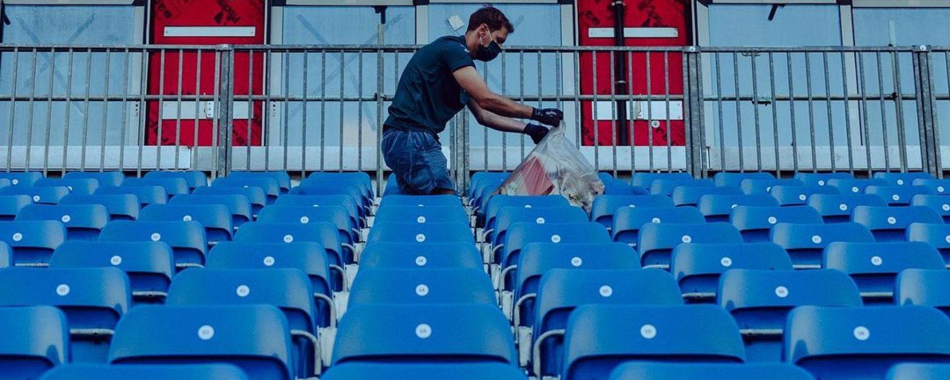 F1 GP Gran Bretagna 2021, Silverstone: Sebastian Vettel (Aston Martin) raccoglie rifiuti in tribuna