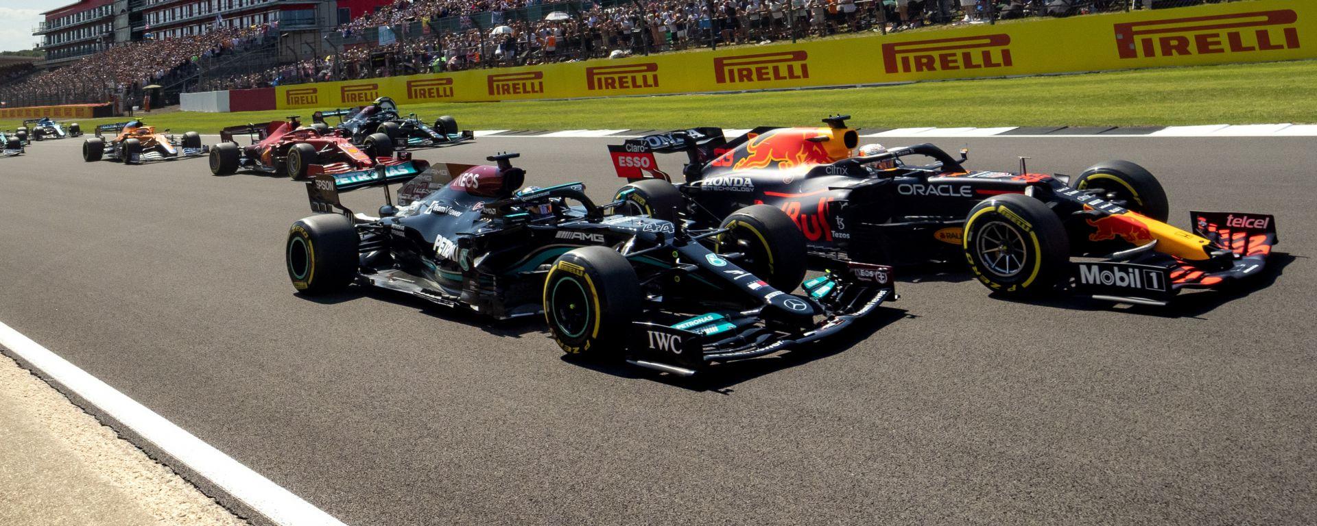 F1 GP Gran Bretagna 2021, Silverstone: Verstappen (Red Bull) e Hamilton (Mercedes) appaiati al via
