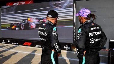F1, GP Gran Bretagna 2021: Valtteri Bottas e Lewis Hamilton osservano Max Verstappen