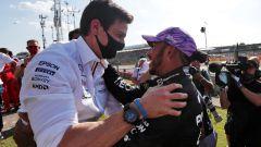 F1, GP Gran Bretagna: Toto Wolff e Lewis Hamilton festeggiano la vittoria