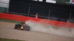 F1 GP Gran Bretegna 2019, Verstappen sulla ghiaia dopo il contatto con Vettel