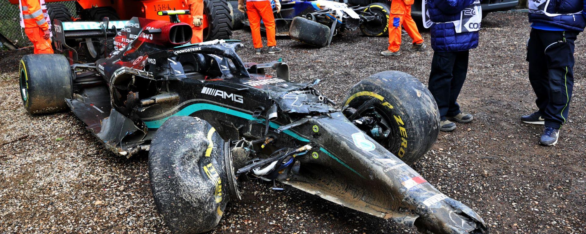F1, GP Imola 2021: la Mercedes di Valtteri Bottas dopo l'incidente con George Russell
