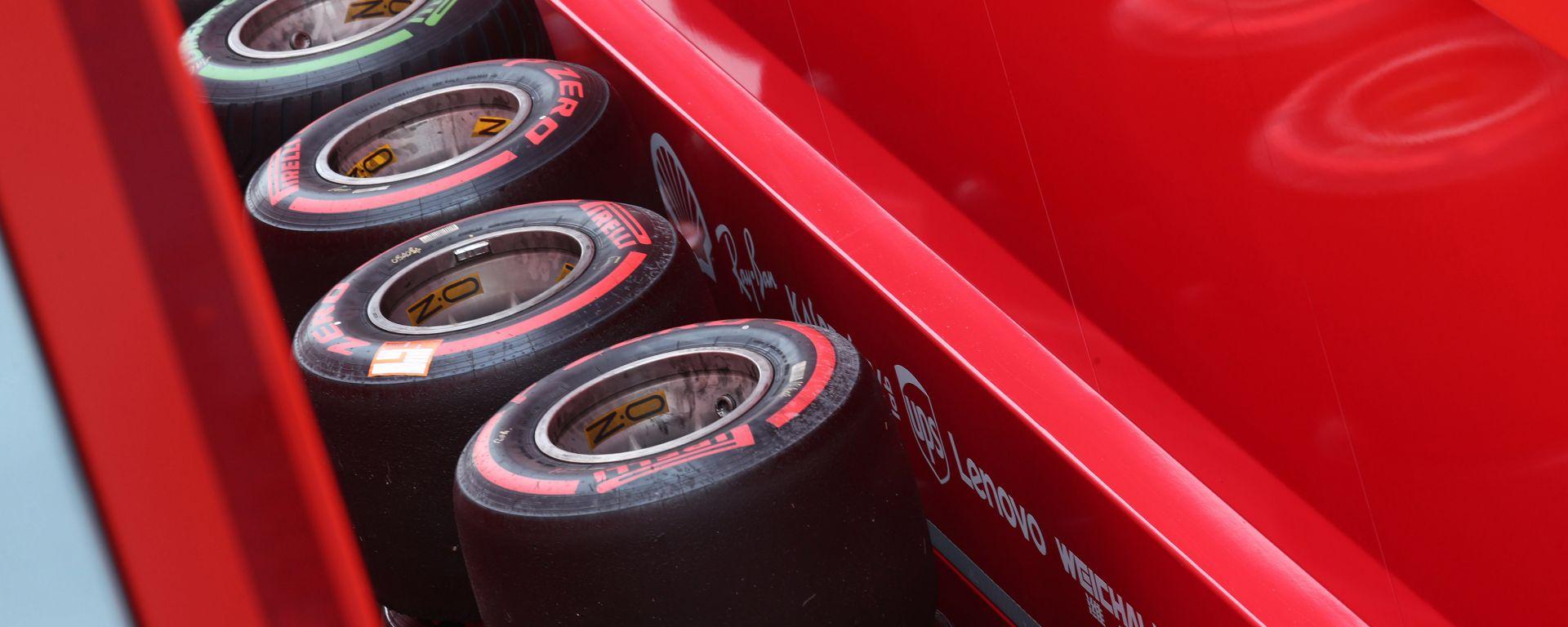 F1 GP Italia 2019, Monza: pneumatici Pirelli impilati davanti al box Ferrari