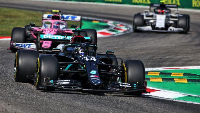 F1, GP Italia 2020: Lewis Hamilton (Mercedes) precede la Racing Point di Lance Stroll