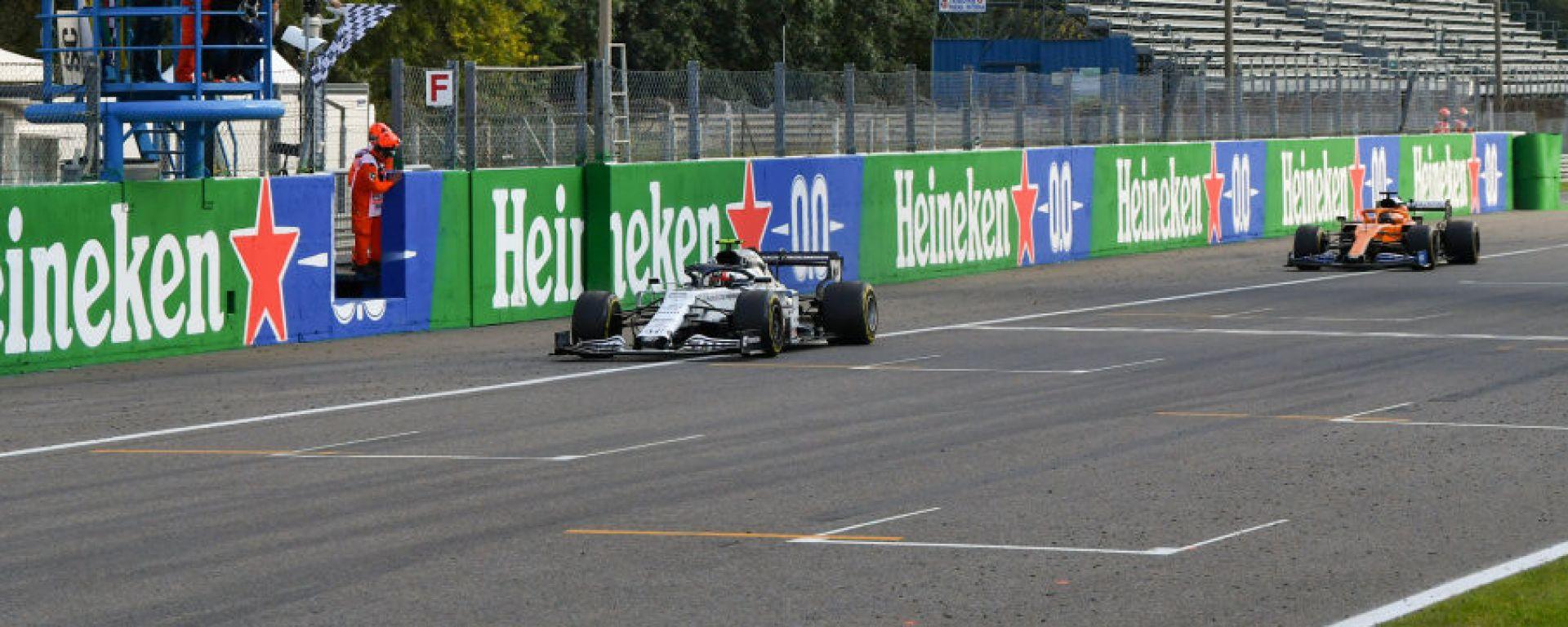 F1 GP Italia 2020, Monza: l'arrivo della gara con Gasly (Williams) trionfante davanti a Sainz (McLaren)