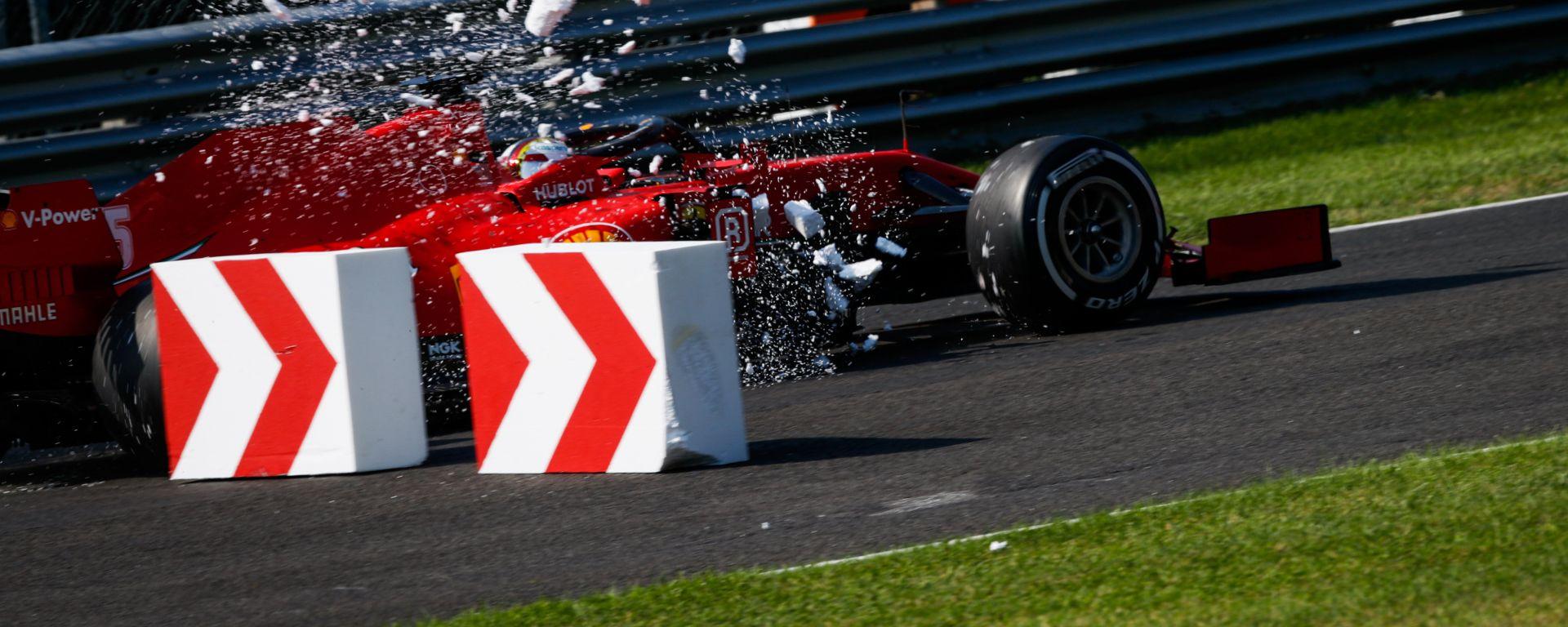 F1 GP Italia 2020, Monza: Sebastian Vettel (Scuderia Ferrari) contro le barriere di polistirolo in curva-1