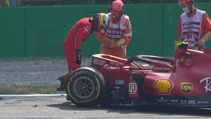 F1 GP Italia 2021, Monza: Carlos Sainz (Scuderia Ferrari) controlla la monoposto dopo l'incidente