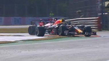 F1 GP Italia 2021, Monza: Sergio Perez (Red Bull) taglia la curva e sorpassa Charles Leclerc (Ferrari)