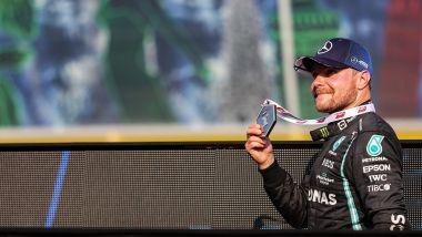 F1 GP Italia 2021, Monza: Valtteri Bottas (Mercedes AMG F1) esulta con la medaglia del vincitore