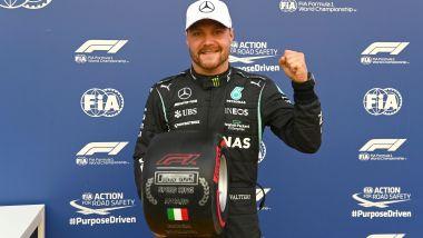 F1 GP Italia 2021, Monza: Valtteri Bottas (Mercedes AMG F1) festeggia con il trofeo del