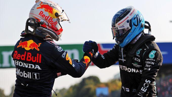 F1 GP Italia 2021, Monza: Valtteri Bottas (Mercedes AMG F1) saluta Max Verstappen (Red Bull Racing)