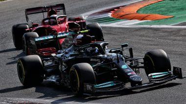 F1 GP Italia 2021, Monza: Valtteri Bottas (Mercedes) tiene dietro Charles Leclerc (Ferrari)