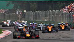 F1 GP Messico 2019, Città del Messico: Alexander Albon (Red Bull) in terza posizione dopo il via