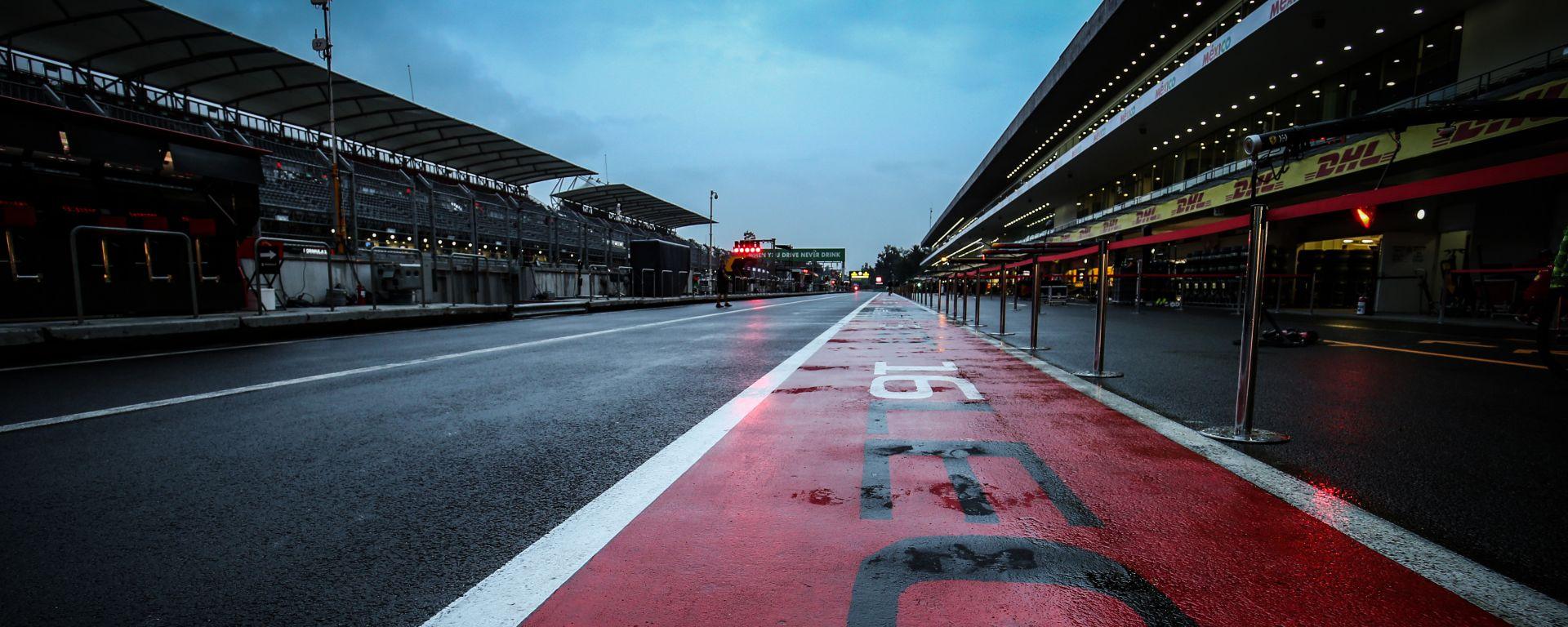 F1 GP Messico 2019, Città del Messico: asfalto bagnato in pit-lane dopo la pioggia della notte