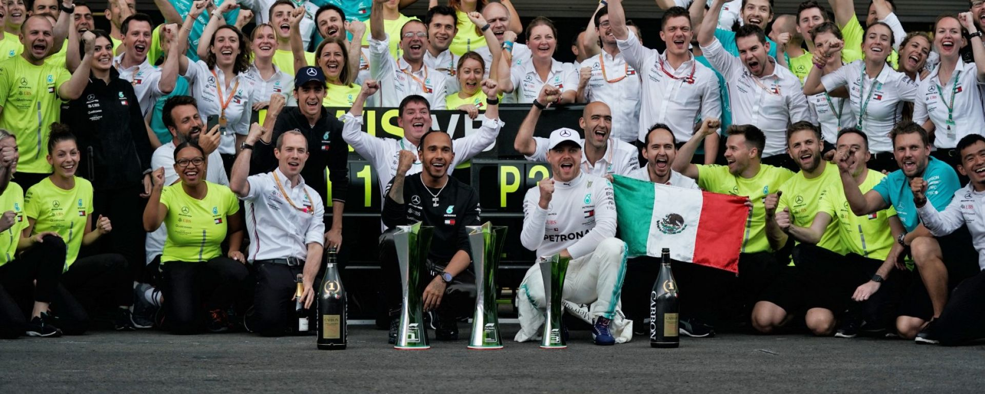 F1, GP Messico 2019: la Mercedes festeggia la vittoria di Lewis Hamilton e il terzo posto di Valtteri Bottas