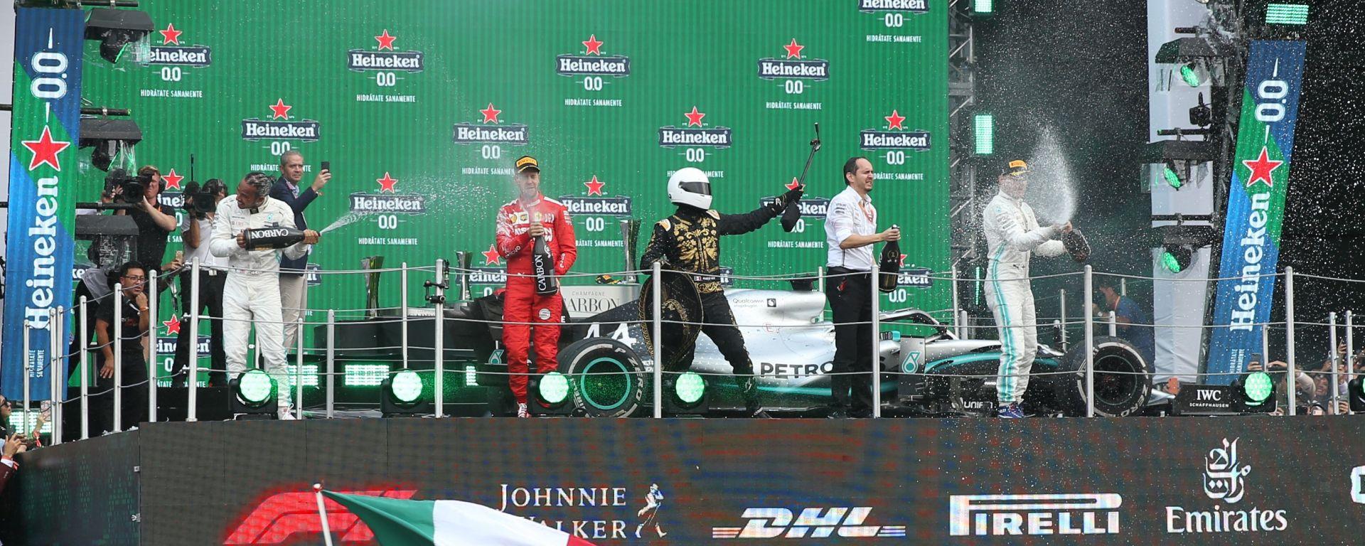 F1, GP Messico 2019: Lewis Hamilton (Mercedes), Sebastian Vettel (Ferrari) e Valtteri Bottas (Mercedes) sul podio con Mario Achi