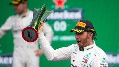 F1, GP Messico 2019: Lewis Hamilton (Mercedes) sul podio con il trofeo
