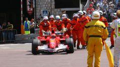 F1, GP Monaco 2006: Michael Schumacher (Ferrari) spinto dai commissari