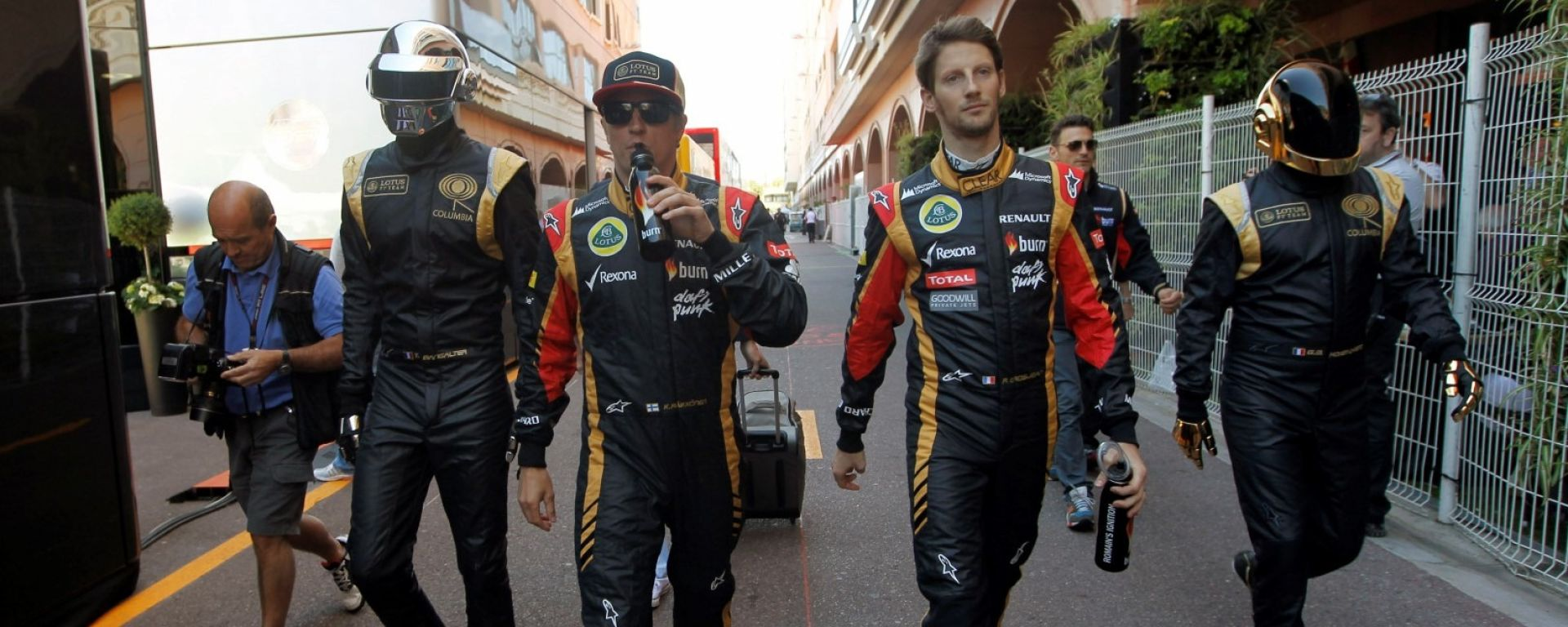 F1, GP Monaco 2013: Kimi Raikkonen e Romain Grosjean (Lotus) accompagnati dai Daft Punk