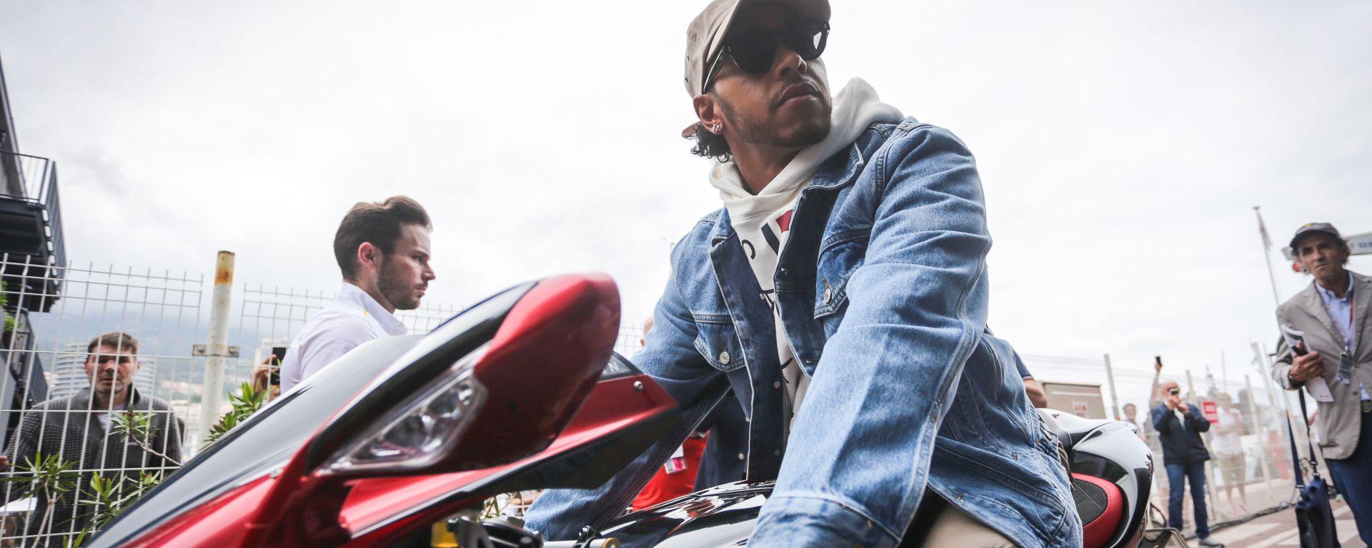 F1, GP Monaco 2019: Lewis Hamilton (Mercedes) in sella alla sua MV Agusta