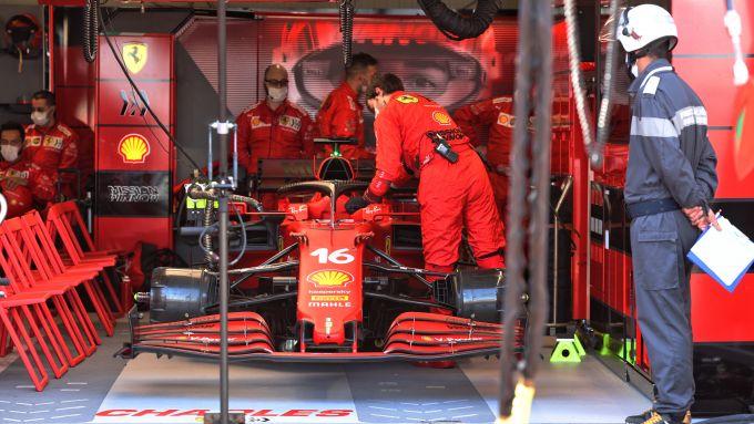 F1 GP Monaco 2021, Monte Carlo: la Ferrari di Leclerc mestamente parcheggiata ai box prima del via