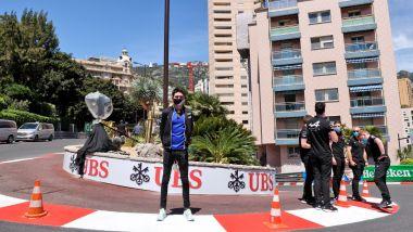 F1, GP Monaco 2021: Ocon assiste ai lavori per il suo murales