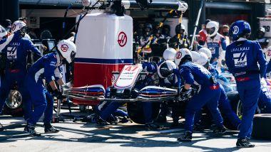 F1, GP Olanda 2021: la sostituzione dell'ala di Mick Schumacher danneggiata nel contatto con Nikita Mazepin