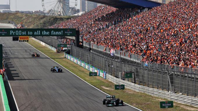 F1, GP Olanda 2021: Lewis Hamilton (Mercedes) precede un'Alpine e una Red Bull