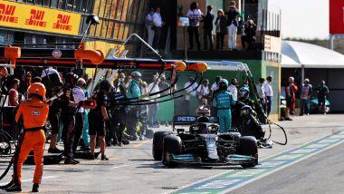 F1, GP Olanda 2021: Lewis Hamilton riparte dopo il primo pit stop