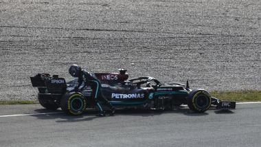 F1 GP Olanda 2021, Zandvoort: Lewis Hamilton (Mercedes AMG F1) spinge la macchina dopo il guasto