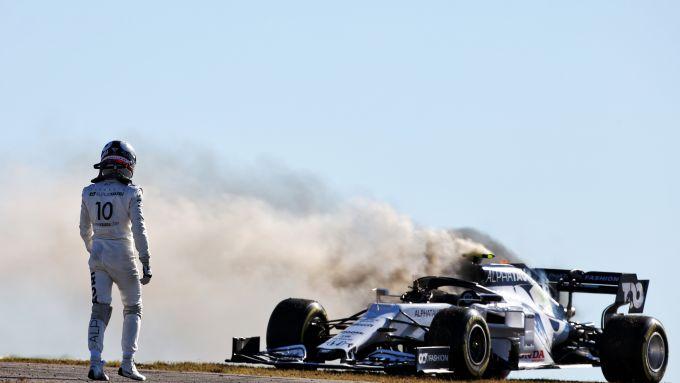 F1 GP Portogallo 2020, Portimao: Pierre Gasly guarda la sua AlphaTauri-Honda in fiamme