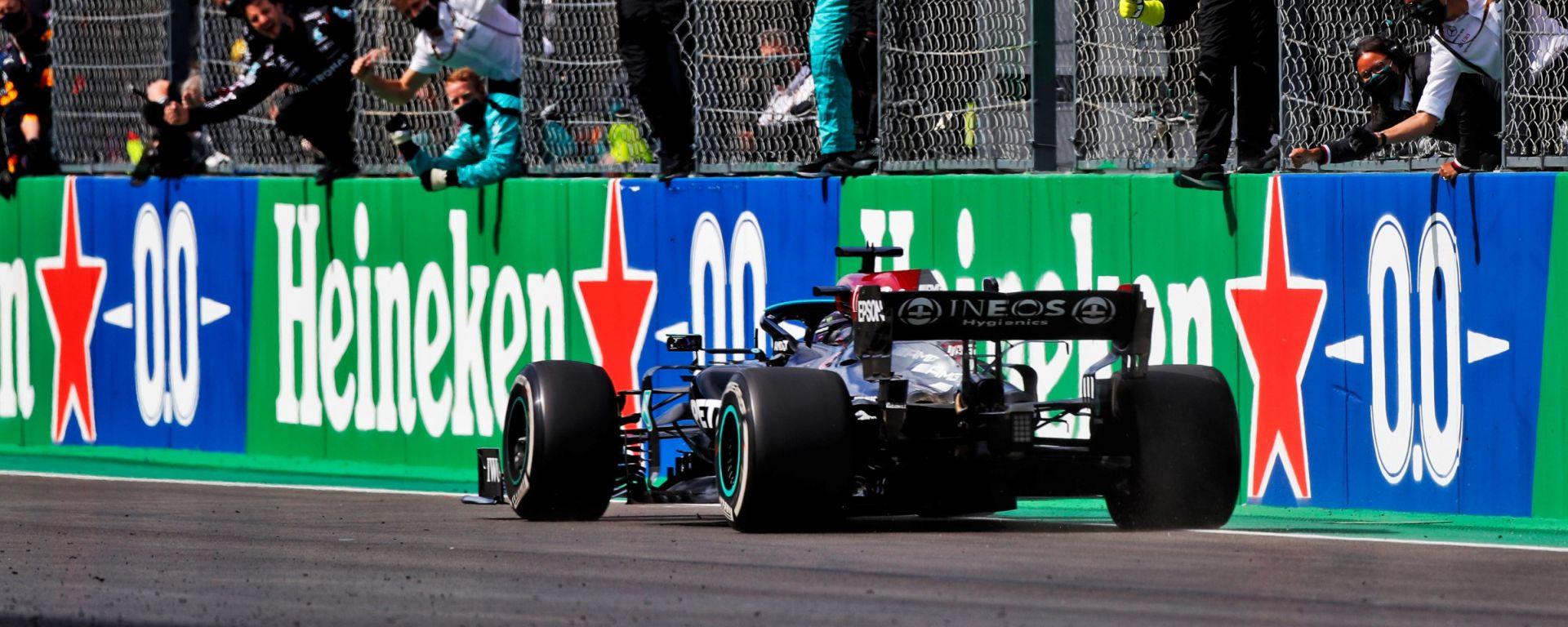 F1, GP Portogallo 2021: Lewis Hamilton (Mercedes) taglia il traguardo da vincitore