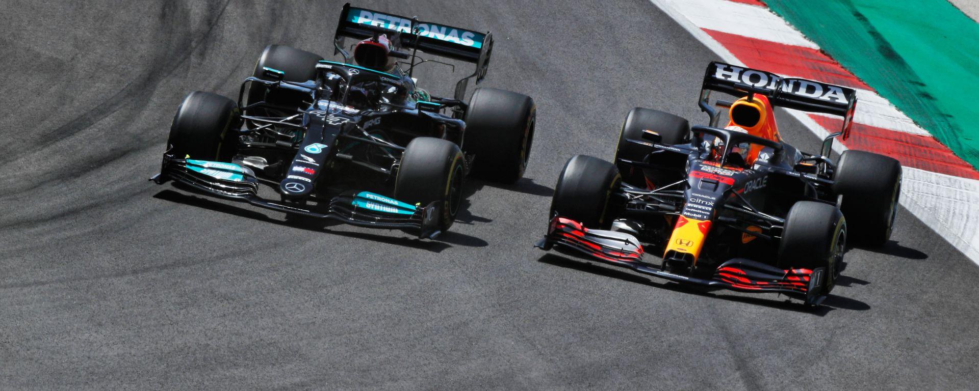 F1 GP Portogallo 2021, Portimao: Max Verstappen (Red Bull) in lotta con Lewis Hamilton (Mercedes)