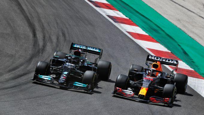 F1 GP Portogallo 2021, Portimao: Max Verstappen (Red Bull) sorpassa Valtteri Bottas (Mercedes)