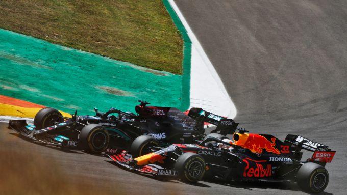 F1 GP Portogallo 2021, Portimao: Verstappen (Red Bull) sorpassato da Hamilton (Mercedes)
