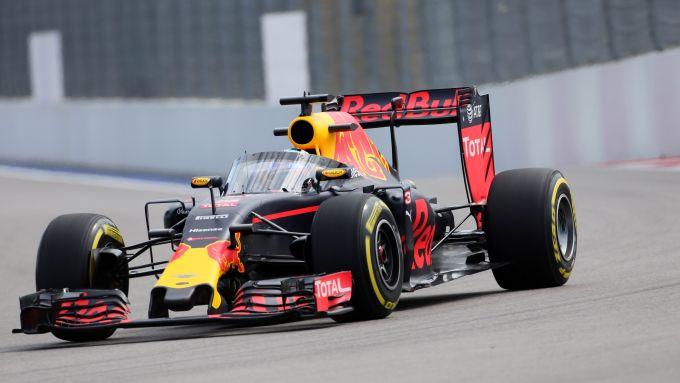 F1 GP Russia 2016, Sochi: Daniel Ricciardo (Red Bull) prova il primo prototipo di Aeroscreen