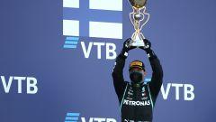 F1, GP Russia 2020: Bottas esulta mentre alle sue spalle compare l'acronimo del suo nome