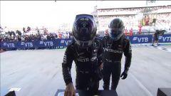 F1, GP Russia 2020: Hamilton soffia a Bottas il cappellino del primo classificato