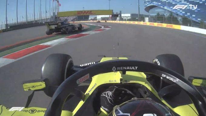 F1 GP Russia 2020, Sochi: Daniel Ricciardo taglia curva-2 (inquadrato dalla Renault di Ocon)