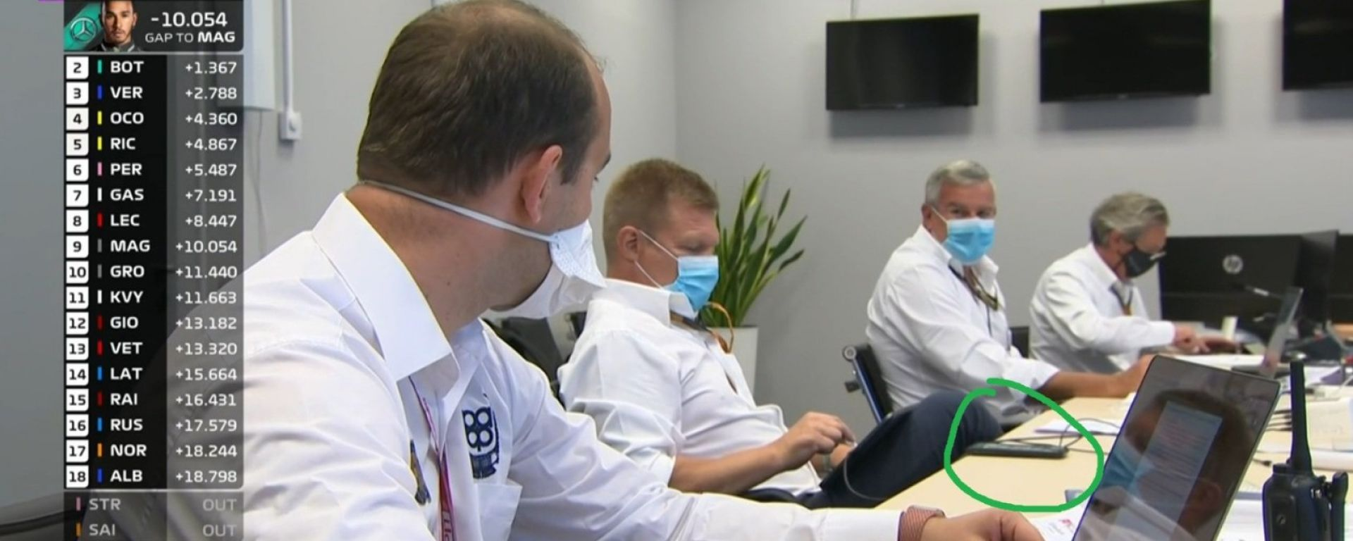 F1 GP Russia 2020, Sochi: Mika Salo (FIA) beccato con il cellulare durante le discussioni sulla penalità