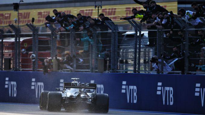 F1 GP Russia 2020, Sochi: Valtteri Bottas (Mercedes AMG F1) taglia per primo il traguardo