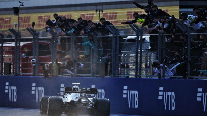 F1, GP Russia 2020: Valtteri Bottas (Mercedes) taglia il traguardo da vincitore
